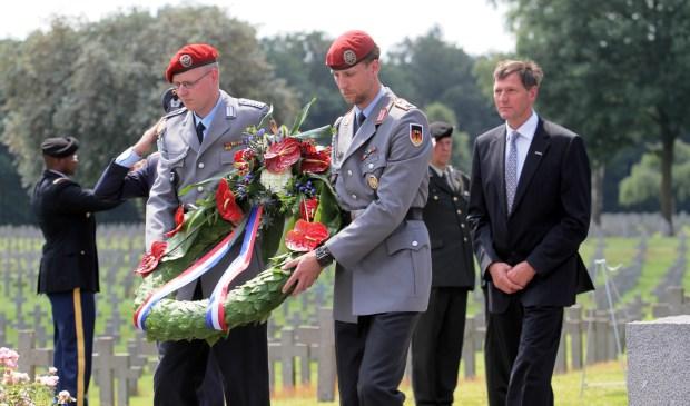 Honderden militairen van acht nationaliteiten, deelnemers aan de Vierdaagse in Nijmegen, legden maandag kransen bij het grote kruis van de Duitse begraafplaats in Ysselsteyn.